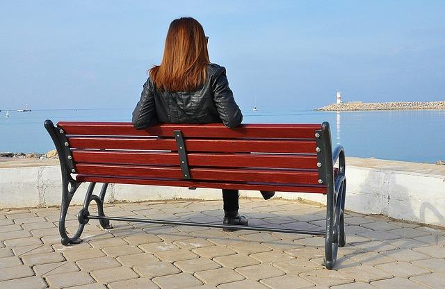 ベンチ 座る女性